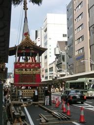 京都の四条通りで組み立てられている長刀鉾