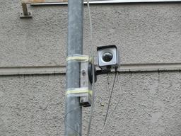 仮設電源のポールに設置したネットワークカメラ